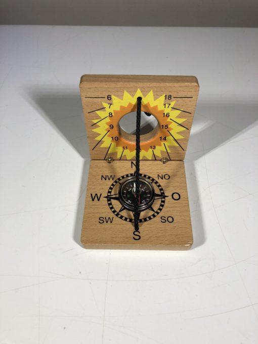 Sonnenuhr und Kompass aus Holz